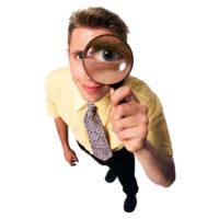Mann mit Lupe - Unter Beobachtung